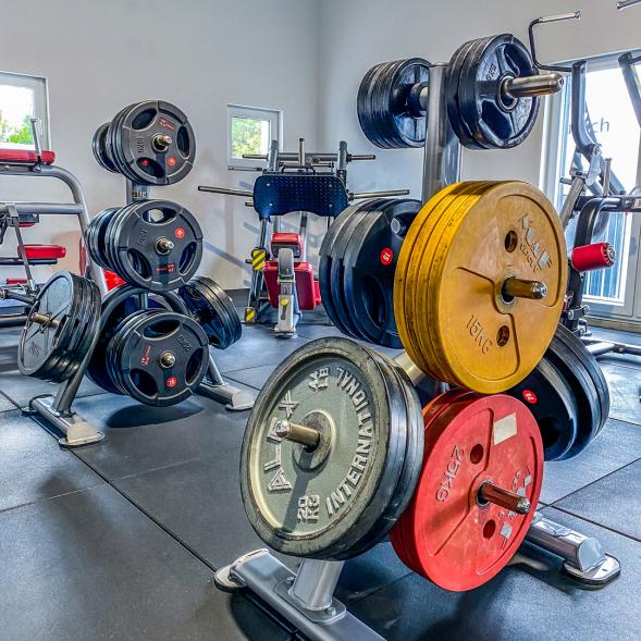 Zwei Gewichtsständer mit Gewichten. Vorderen Scheiben sind farbig